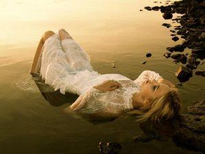 mar+acostada+agua+mojada+luna+miedo+soledad+tristeza+sola++mujer+triste